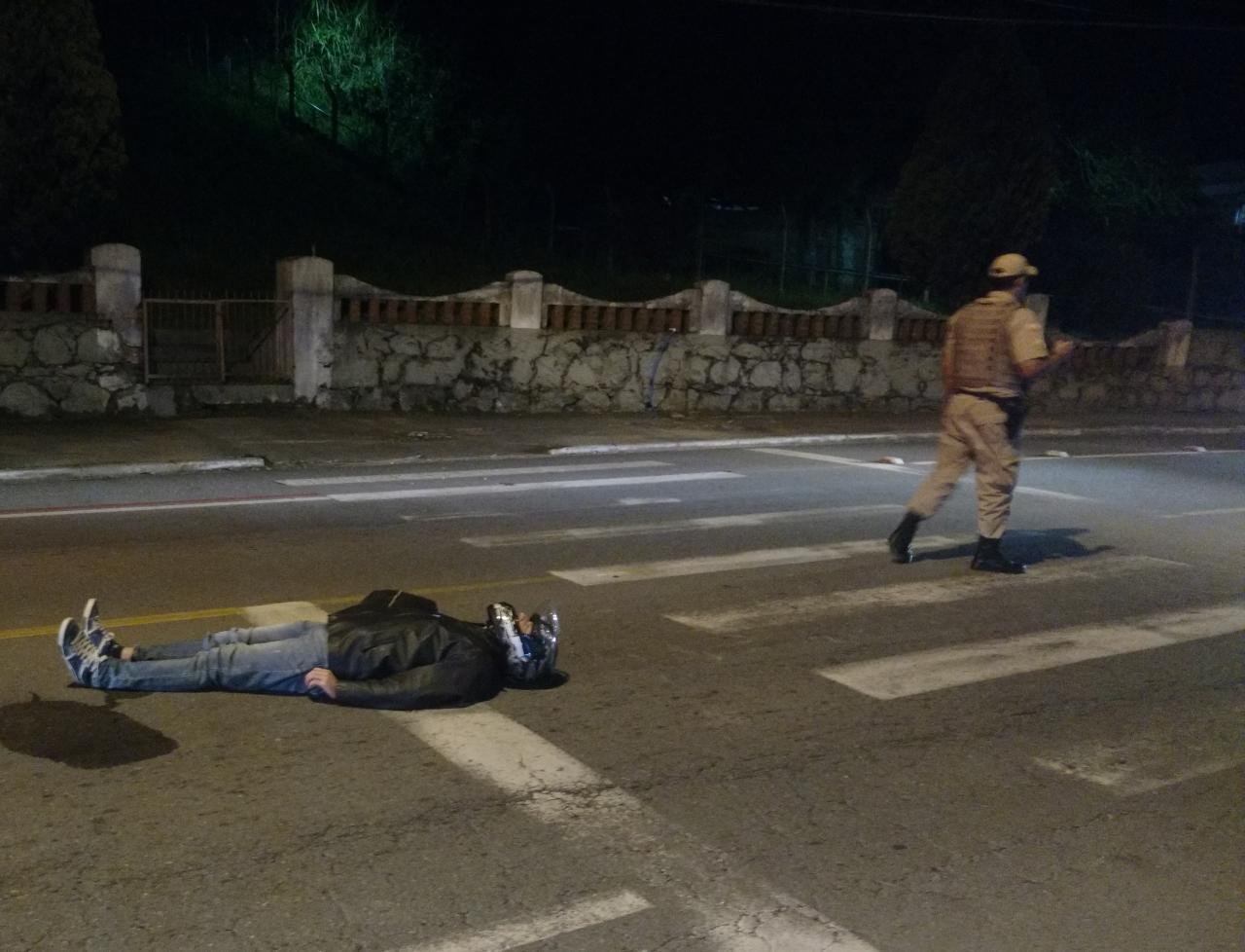 Motociclista ficou aguardando atendimento após o acidente | Foto: Fábio Junkes/OCP