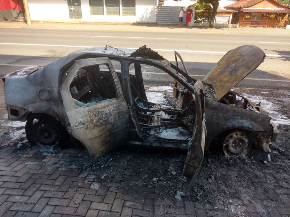 Bombeiros trabalharam cerca de 20 minutos no combate ao fogo | Foto: Fábio Junkes/OCP