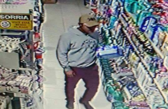 Câmera flagrou homem pegando produto na prateleira antes de anunciar o roubo | Foto Reprodução/OCP