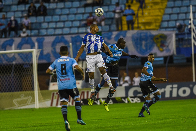 Rodrigão (C) brigou entre os zagueiros e fez um dos gols do Avaí Fotos de Antônio Carlos Mafalda/ Mafalda Press