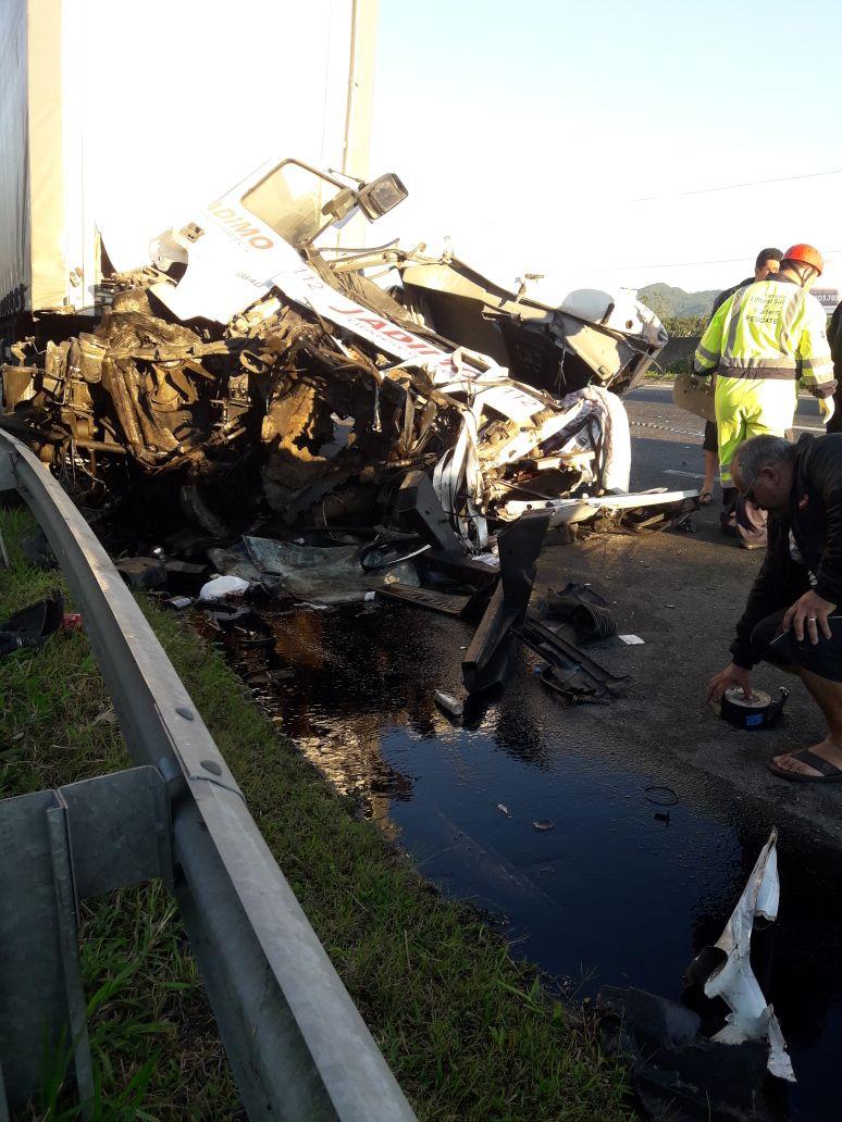 Um dos motoristas ficou preso às ferragens do caminhão por uma hora | Foto Redes Sociais/OCP