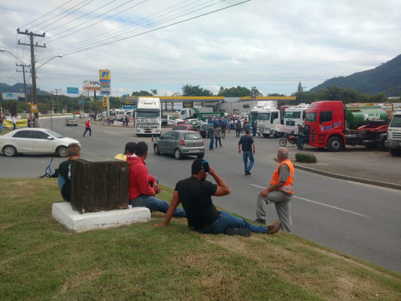 Concentração de caminhoneiros em frente ao Posto Guaramirim, um dos pontos fortes da região | Foto Fabio Junkes/OCP