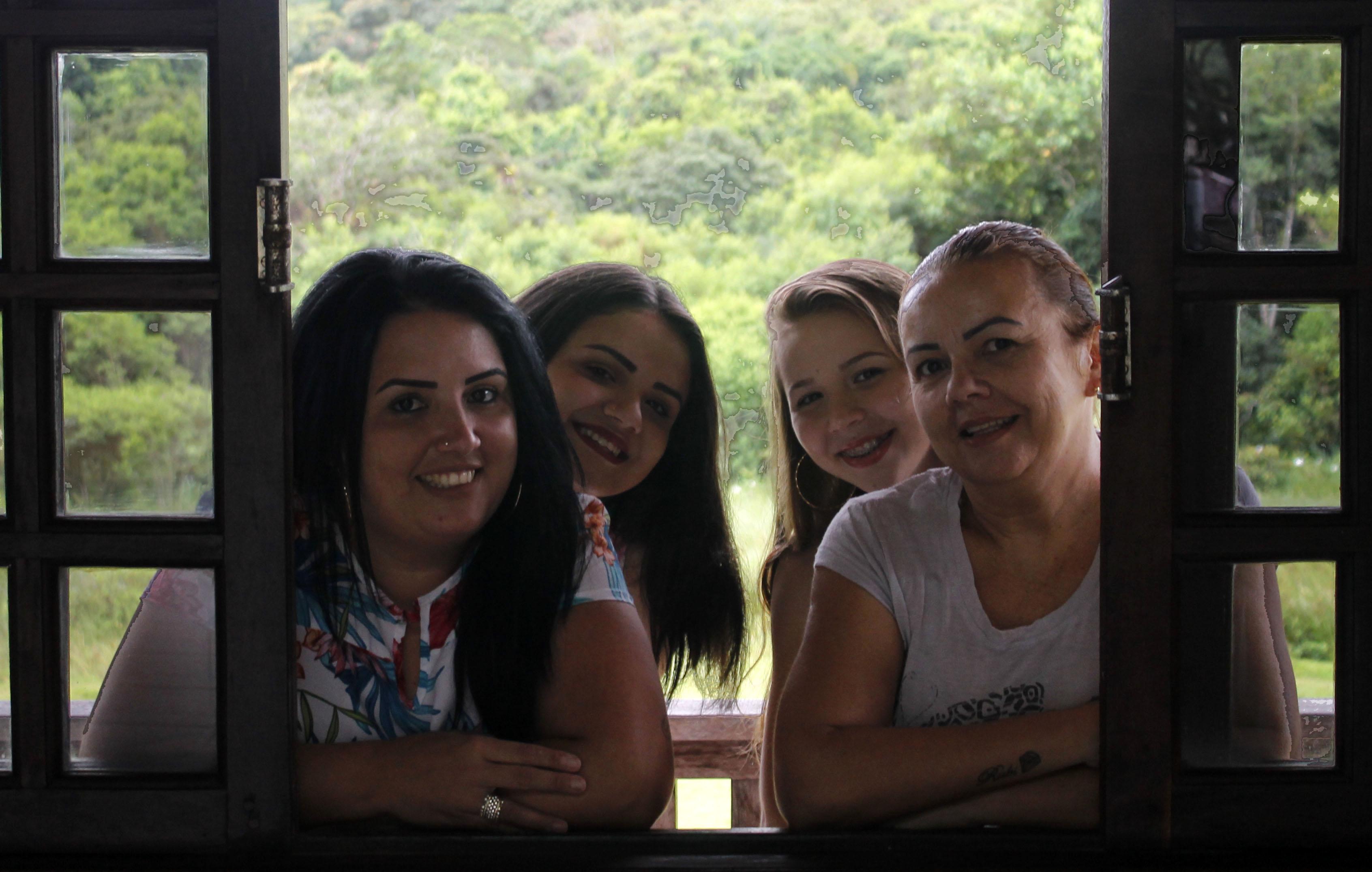 Daiane (à esquerda), a filha, Beatriz, Heloísa com a mãe Eliane | Foto Windson Prado/OCP News