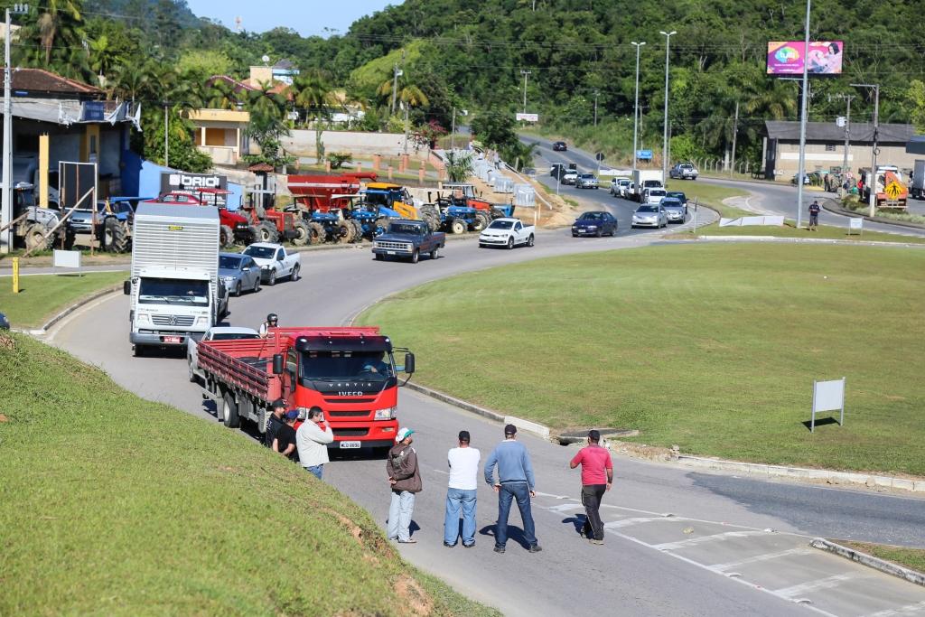 Na manhã de terça-feira, paralisação uniu caminhoneiros e produtores rurais na SC-108, em Massaranduba, no Norte catarinense   Foto Eduardo Montecino/OCP
