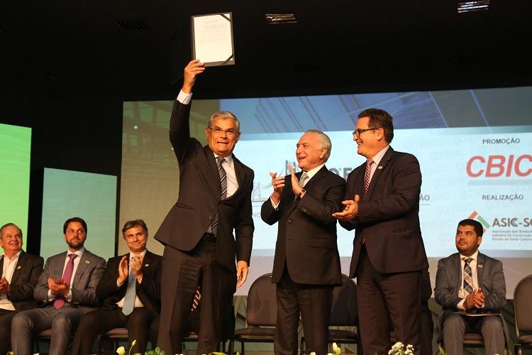 Presidente Michel Temer (C) entregou ao Governador Eduardo Pinho Moreira  autorização para obras em SC Foto Divulgação/Jeferson Baldo/Secom