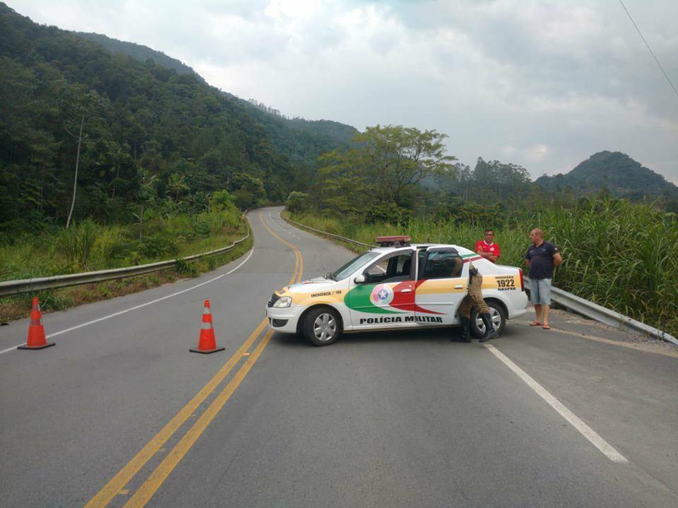 Polícia Militar Rodoviária interditou a passagem na rodovia | Foto: Fábio Junkes/OCP