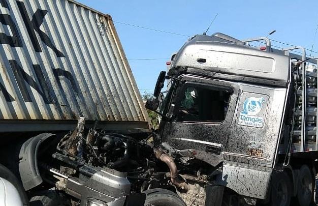 Os dois motoristas dos veículos ficaram feridos e foram encaminhados ao Hospital São José em estado grave   Foto Divulgação/Redes Sociais