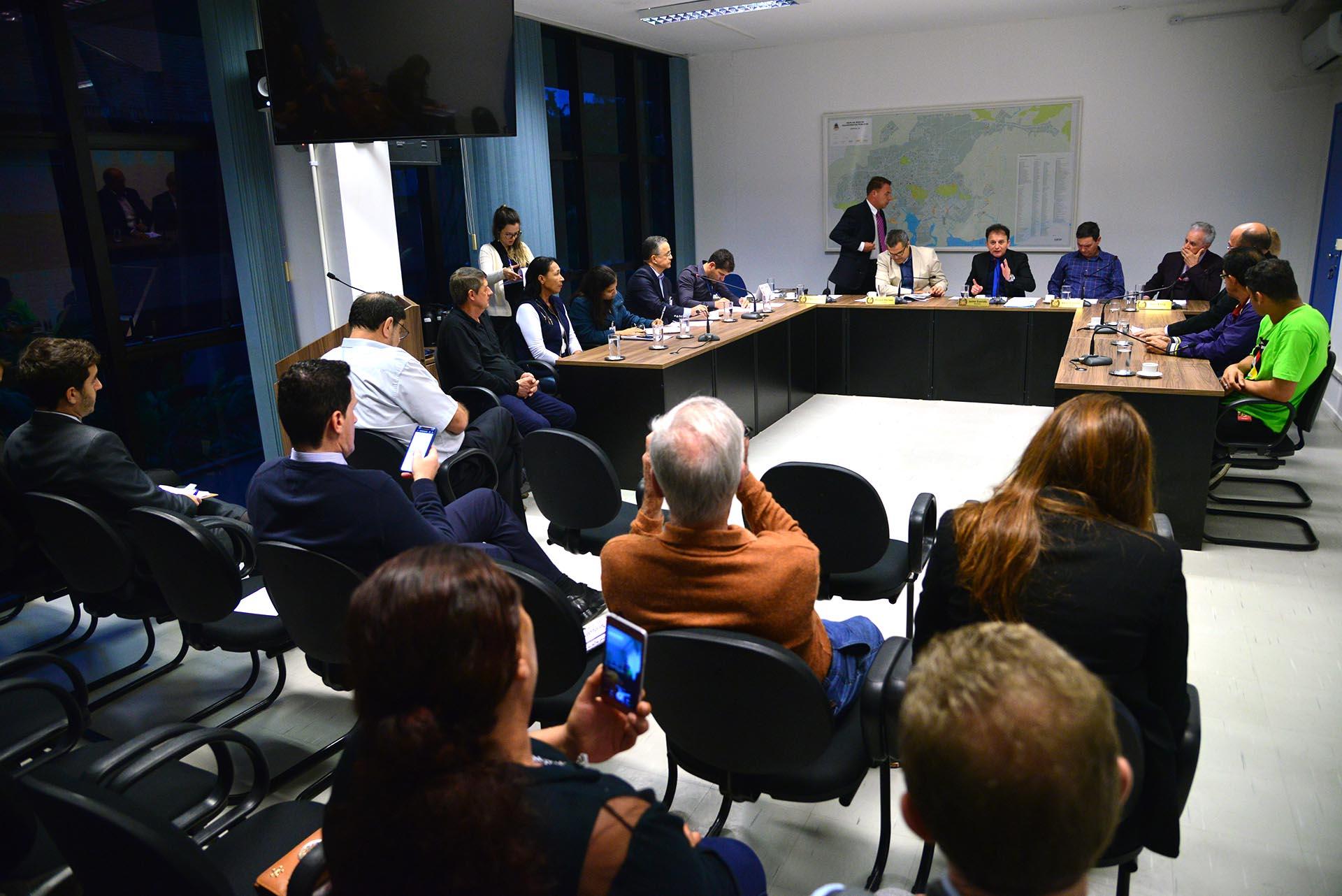 Comissão de Urbanismo da Câmara de Vereadores debateu nesta terça-feira (12) denúncia de coleta clandestina de lixo reciclável em Joinville | Foto: Nilson Bastian