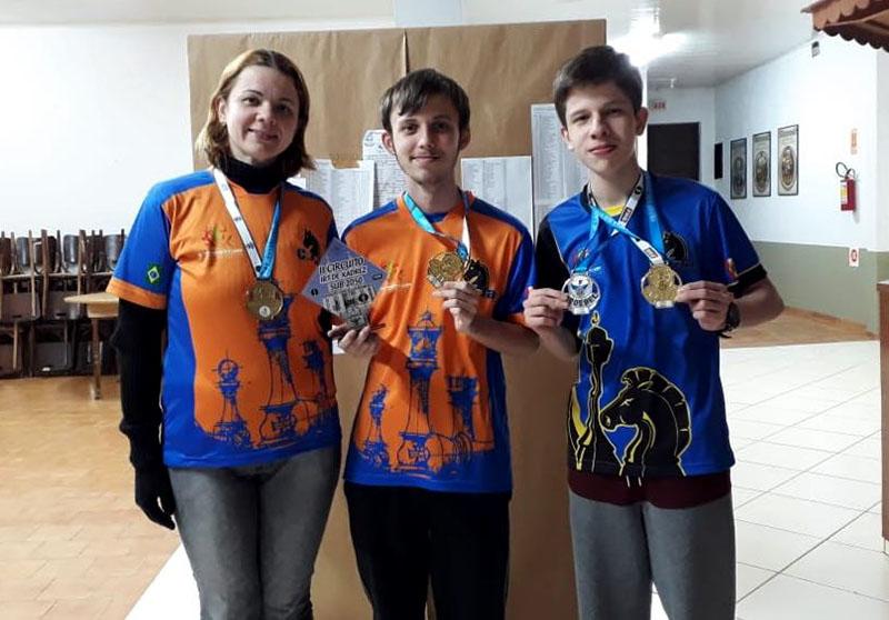 Karina Kanzler (E), André Volkmann (C) e Lucas Piccoli (D) subiram ao pódio do evento em São Bento do Sul I Foto: Divulgação