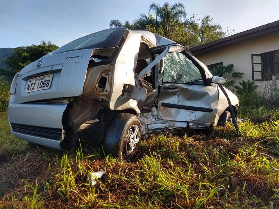 Carro bateu em um tronco após sair da pista | Foto: Fábio Junkes/OCP
