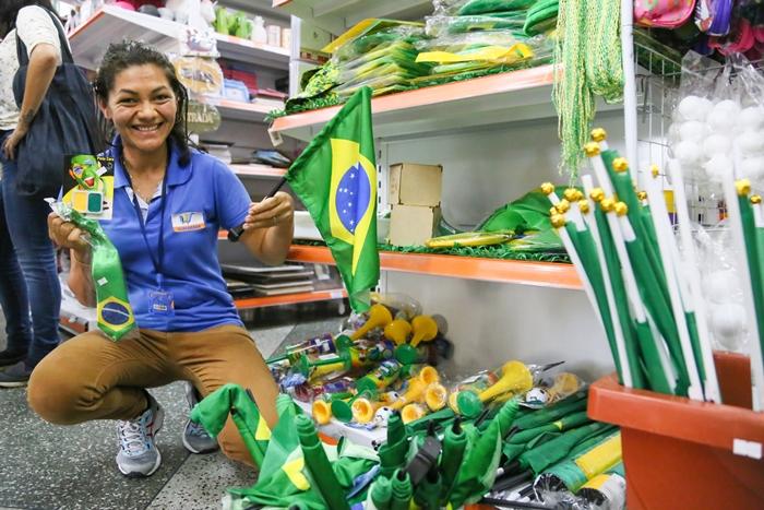 Artigos em alusão à Copa do Mundo são a grande aposta do comércio para as próximas semanas | Foto Eduardo Montecino/OCP News