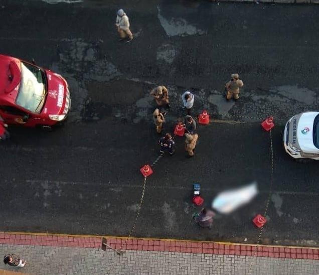 Corpo ficou estirado na rua após a queda   Foto: Reprodução Whatsapp/Divulgação