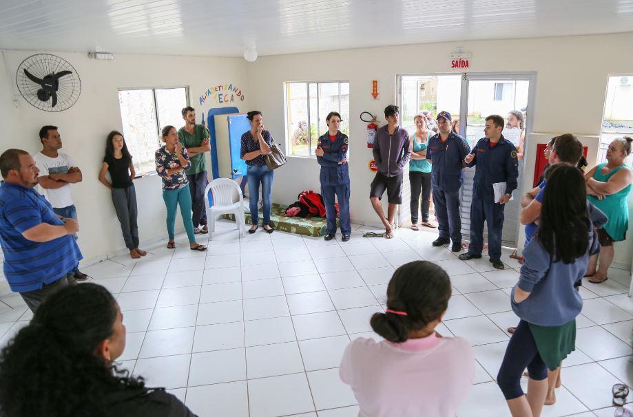Bombeiros militares reuniram moradores para explicar a interdição   Foto; Eduardo Montecino/OCP