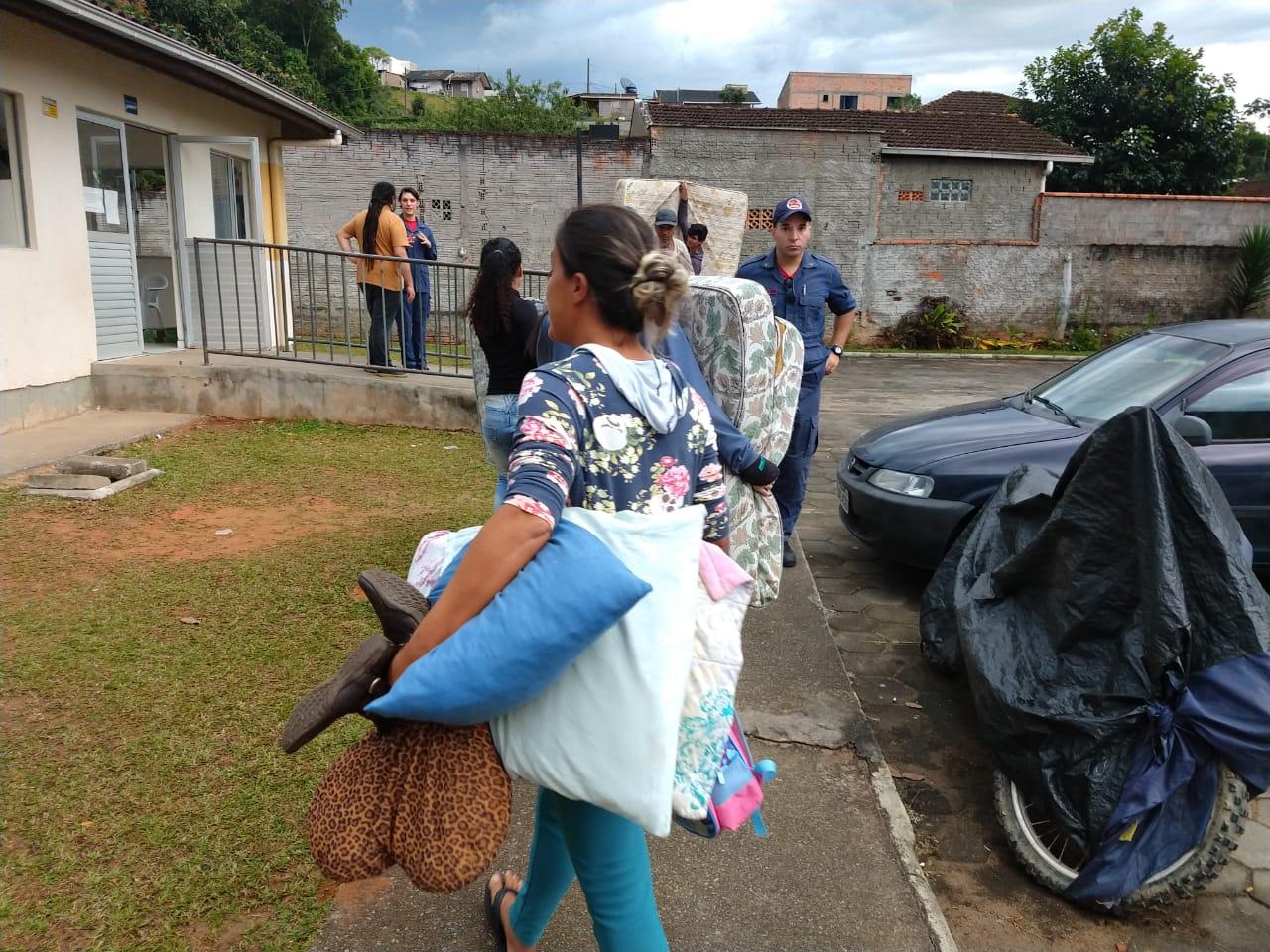Moradores tiveram 30 minutos para retirar pertences | Foto: Fábio Junkes/OCP
