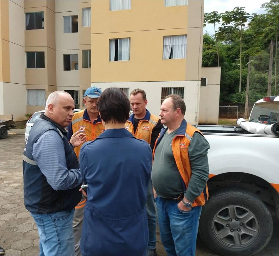 Defesa Civil do Estado, de Jaraguá do Sul e Corpo de Bombeiros Militar participaram do trabalho de vistoria e liberação do prédio | Foto: Fábio Junkes/OCP