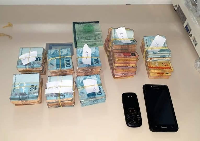 Dinheiro estava escondido embaixo do banco do passageiro   | Foto PRF/Divulgação