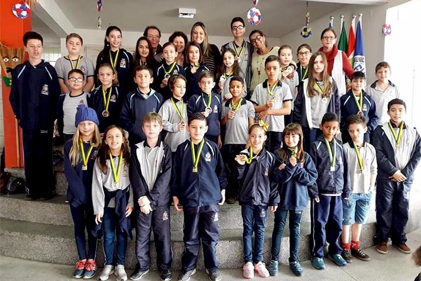 Recordistas, os alunos da Escola Governador Pedro Ivo Campos comemoram a conquista | Foto Divulgação