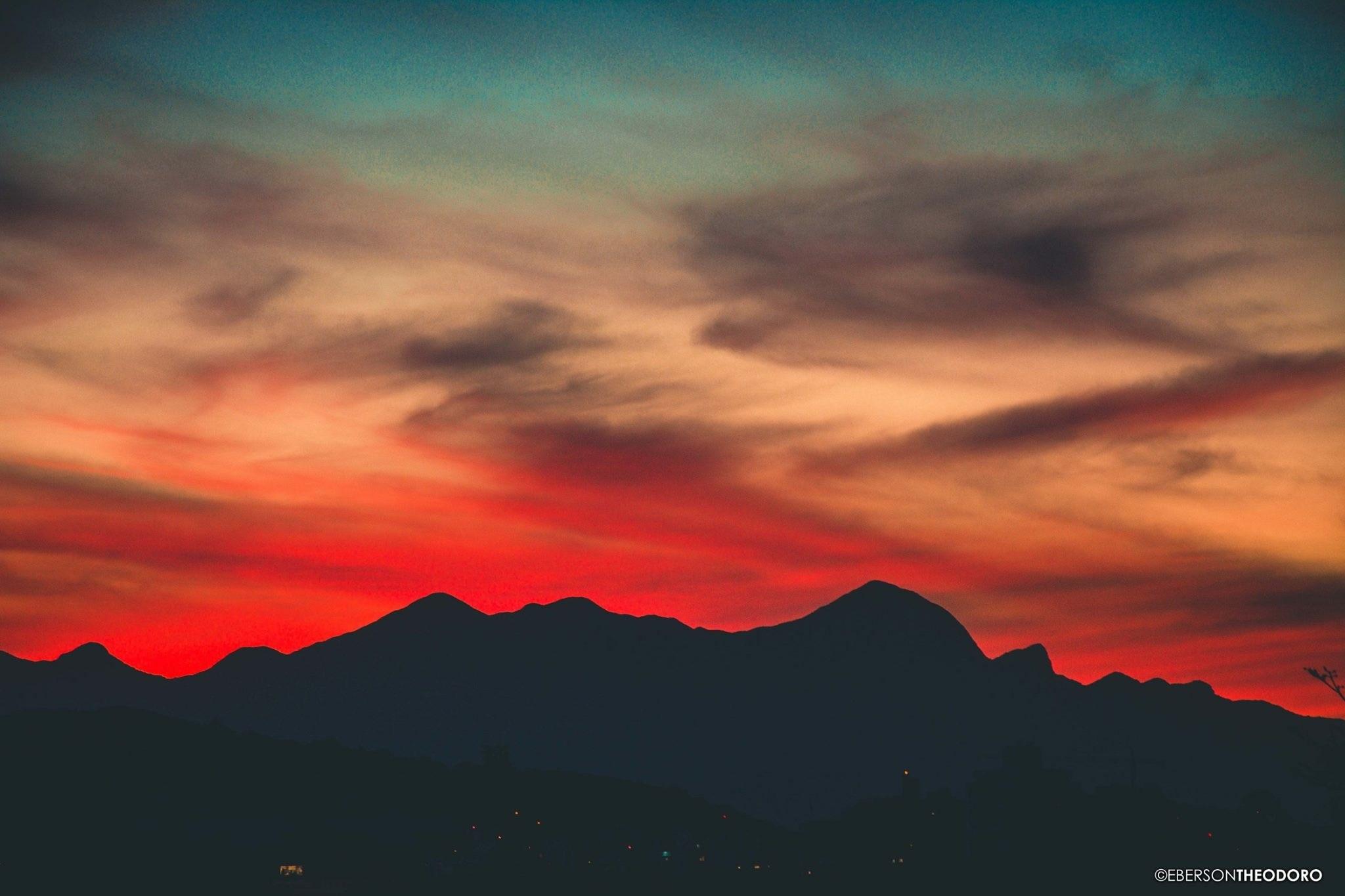 O pôr do sol em Joinville nesta quarta-feira foi digno de cartão postal. O click foi feito no bairro Guanabara, pelo fotógrafo Eberson Theodoro. Ao fundo, Pico Jurapê, Morro Pelado e Castelo dos Bugres | Foto Eberson Theodoro/Arquivo Pessoal