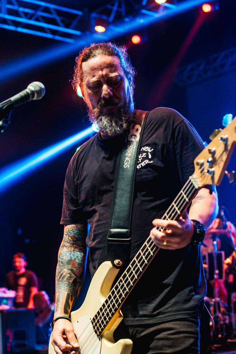 Canisso, baixista do Raimundos tocando | Foto Caio Graça | Grupo All.