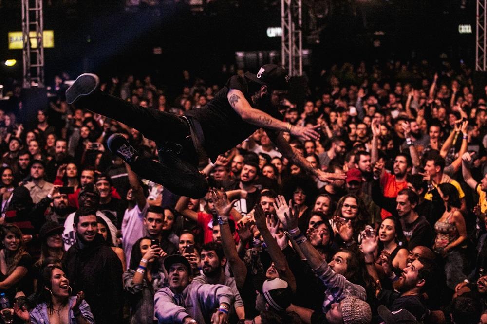 Público agitando e fazendo a festa no show do Planet Hemp | Foto Caio Graça | Grupo All.