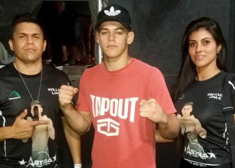 Acompanhado pela família e amigos, lutador de 20 anos (C) chegou a mais uma vitória como profissional
