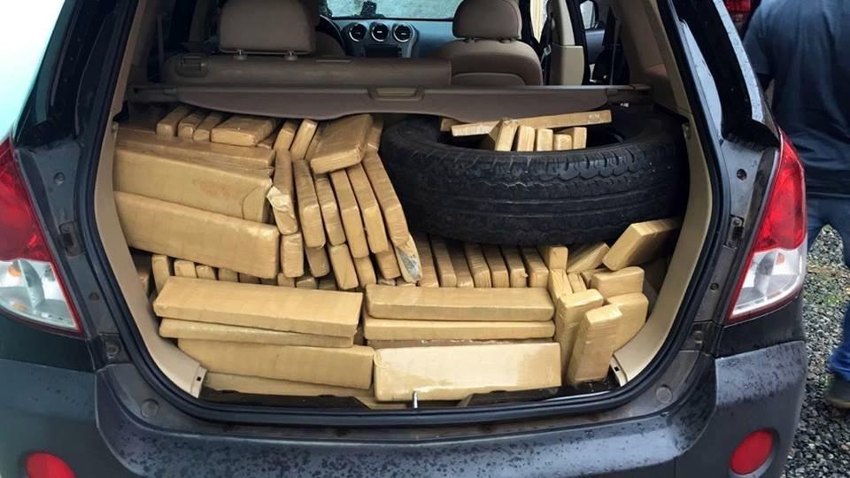 Maconha foi encontrada dentro de carro clonado | Foto: PRF/Divulgação