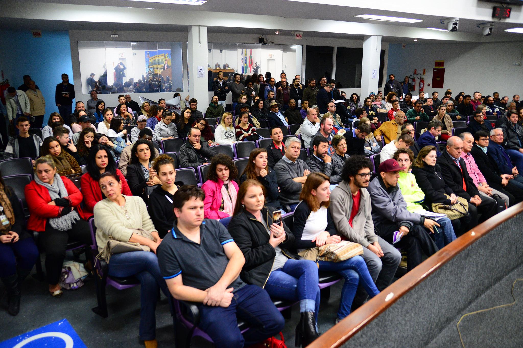 Câmara ficou cheia e para o presidente da audiência, vereador Maurício Peixer, discussão deu empate   Foto Nilson Bastian/CVJ