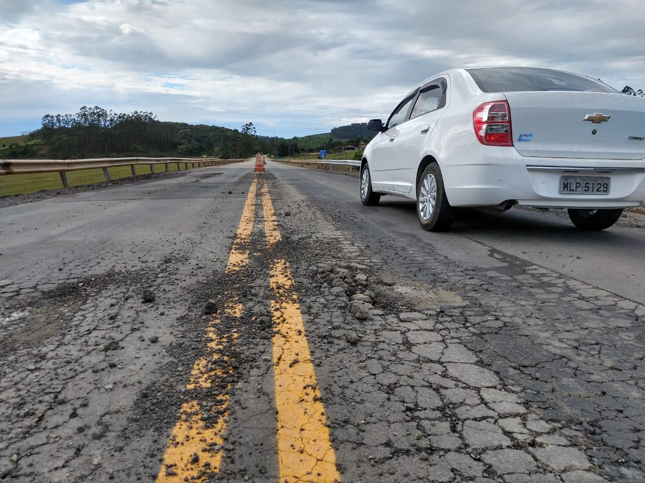 Asfalto esfarela e forma buracos na rodovia | Foto Fábio Junkes/OCP News