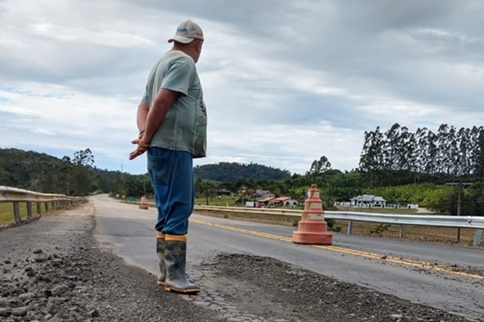Mário Lickmamm observa as más condições da rodovia recém liberada | Foto Fábio Junkes/OCP News