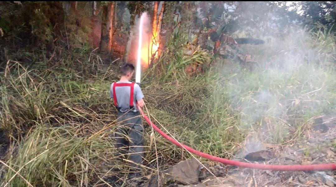 Combate às chamas é realizado com água e abafadores   Foto Fábio Junkes/OCP