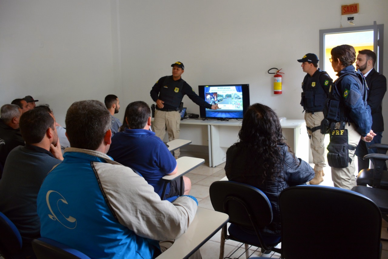 Após serem abordados e passarem pela fiscalização de rotina, os motoristas e passageiros foram convidados a assistir uma palestra com audiovisual | Foto Divulgação/PRF