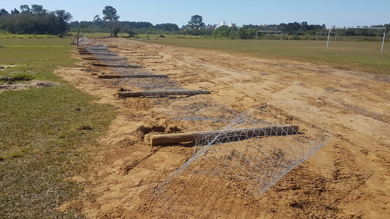 mourões colocados pelos militares na  segunda-feira (06) para cercar o Campo de Aviação, no Bairro Campeche, foram derrubados nesta terça-feira (07) | Foto/Heriberto G. Junior