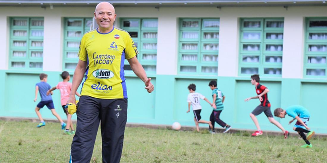 Policial militar leva a paixão pelos esportes para alunos de colégio jaraguaense | Foto Eduardo Montecino/OCP News