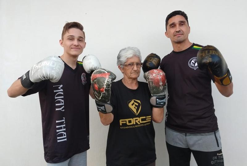 Guilherme (E), Maria de Lourdes e Luciano da Silva estão batalhando para que o jovem possa ir, junto ao pai e treinador, lutar na Tailândia | Foto Arquivo Pessoal