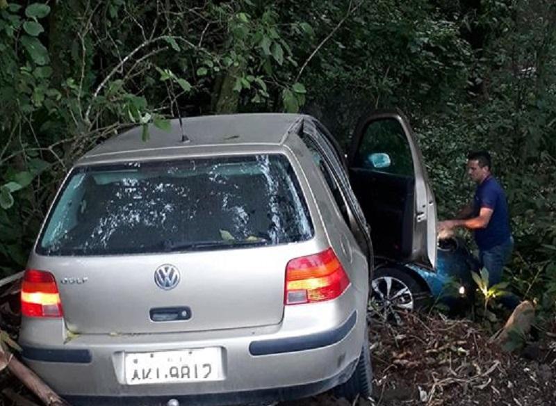 Colisão entre dois carros ocorreu no início da noite desta segunda-feira | Foto Divulgação