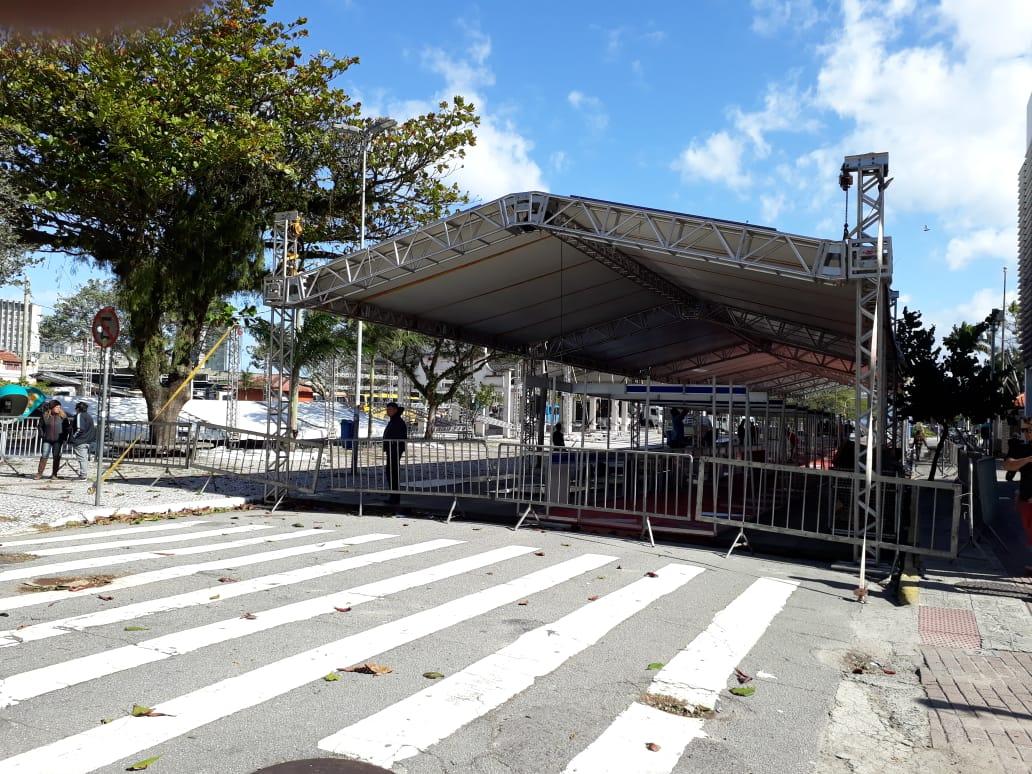 Estrutura da Fenaostra está sendo montada na Praça Fernando Machado | Foto Ewaldo Willerding/OCPNews