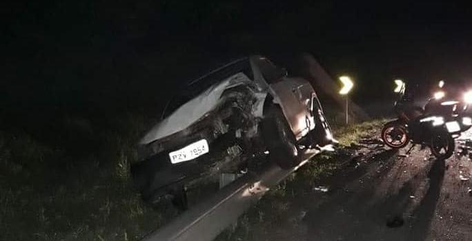 Com o impacto da batida, Saveiro foi parar em cima do defensa metálica às margens da rodovia | Foto Redes Sociais