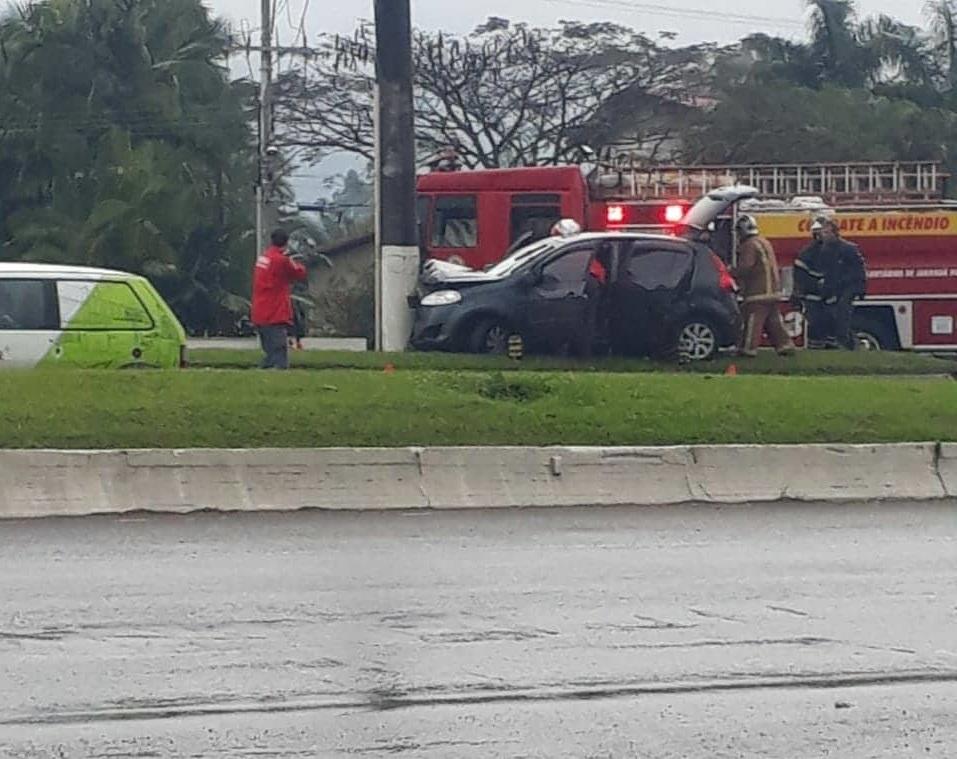 Colisão entre carro e poste deixa mulher ferida no início da tarde ... 7f96723eb7bb7