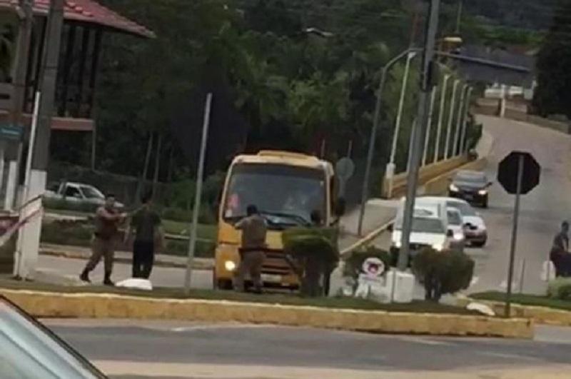 Utilitário chegou a colidir em carro estacionado até ser interceptado pela polícia.   Foto Reprodução