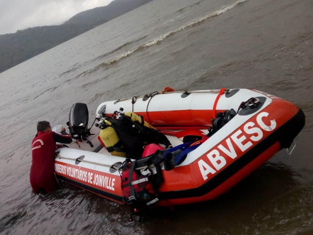 Durante dois dias, as equipes mergulharam por toda área da praia | Foto Bombeiros voluntários de Joinville/Divulgação