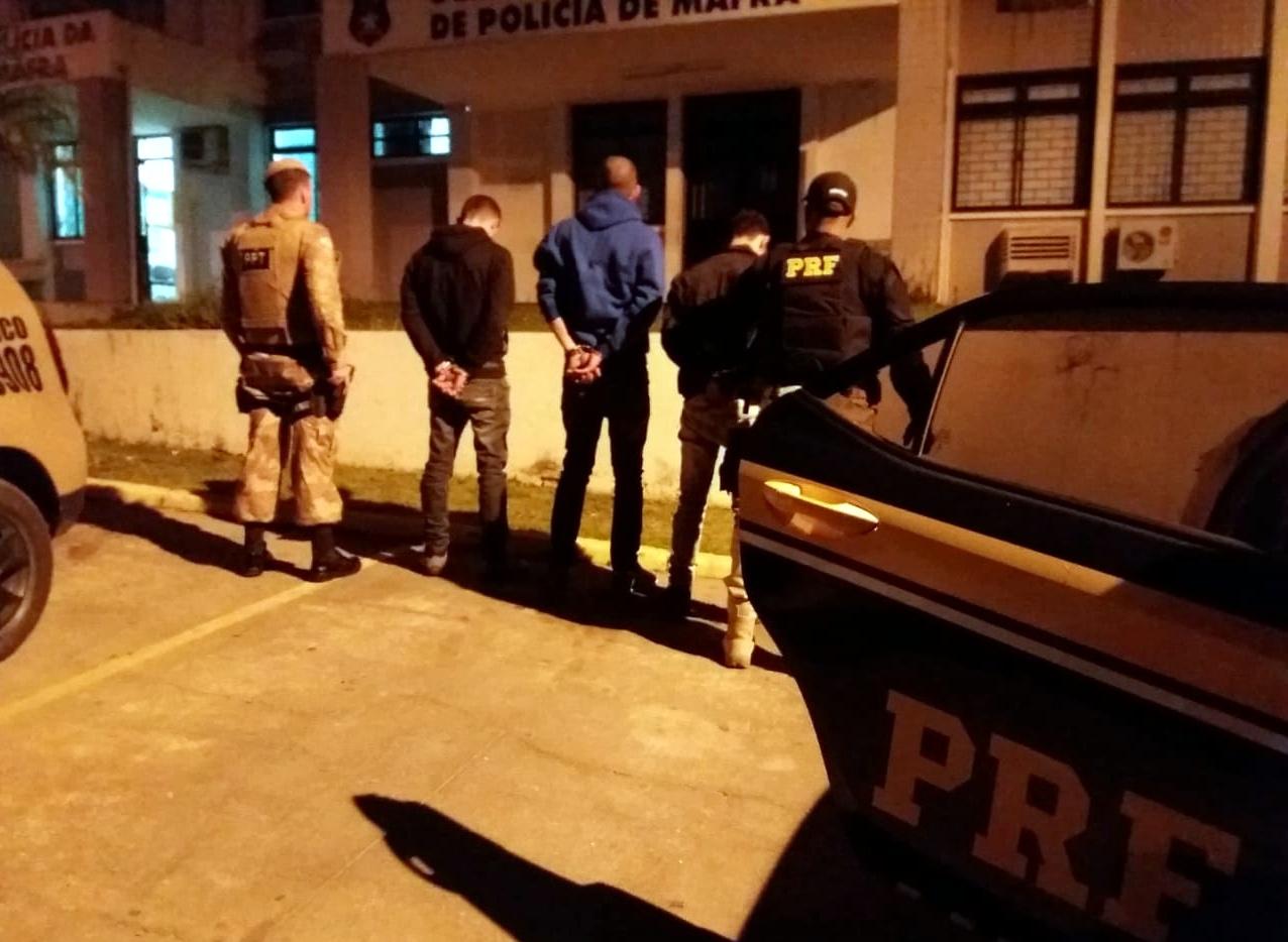 Procurados pela Justiça foram detidos na noite desta quinta-feira | Foto PRF/Divulgação