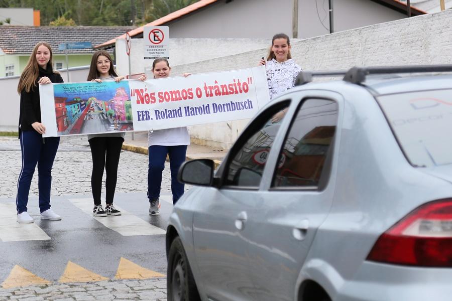 Alunos criaram uma faixa de divulgação para o projeto | Foto: Eduardo Montecino | OCP News