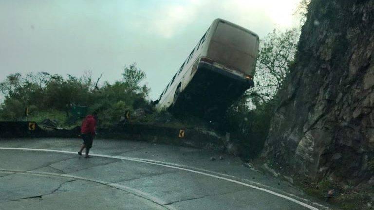 Ônibus ficou pendurado na mureta de proteção | Foto Divulgação/Redes Sociais
