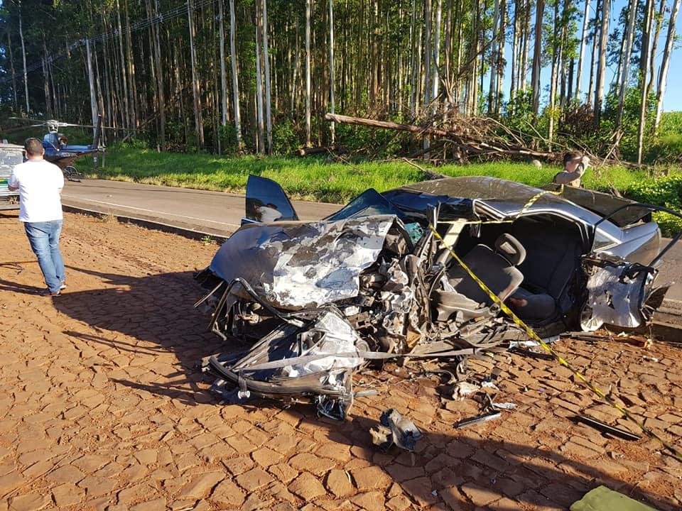 Veículos ficaram completamente destruídos após colisão no fim desta tarde | Foto: Rádio Modelo