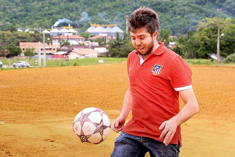Irmão de Filipe Luís, Luis Claudio destacou a vontade da família em revelar outro grande jogador da cidade para o mundo | Foto: Eduardo Montecino/OCP News