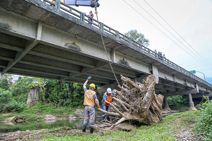 Limpeza frequente de rios é realizada com a intenção de minimizar efeitos das chuvas | Foto Arquivo OCP News