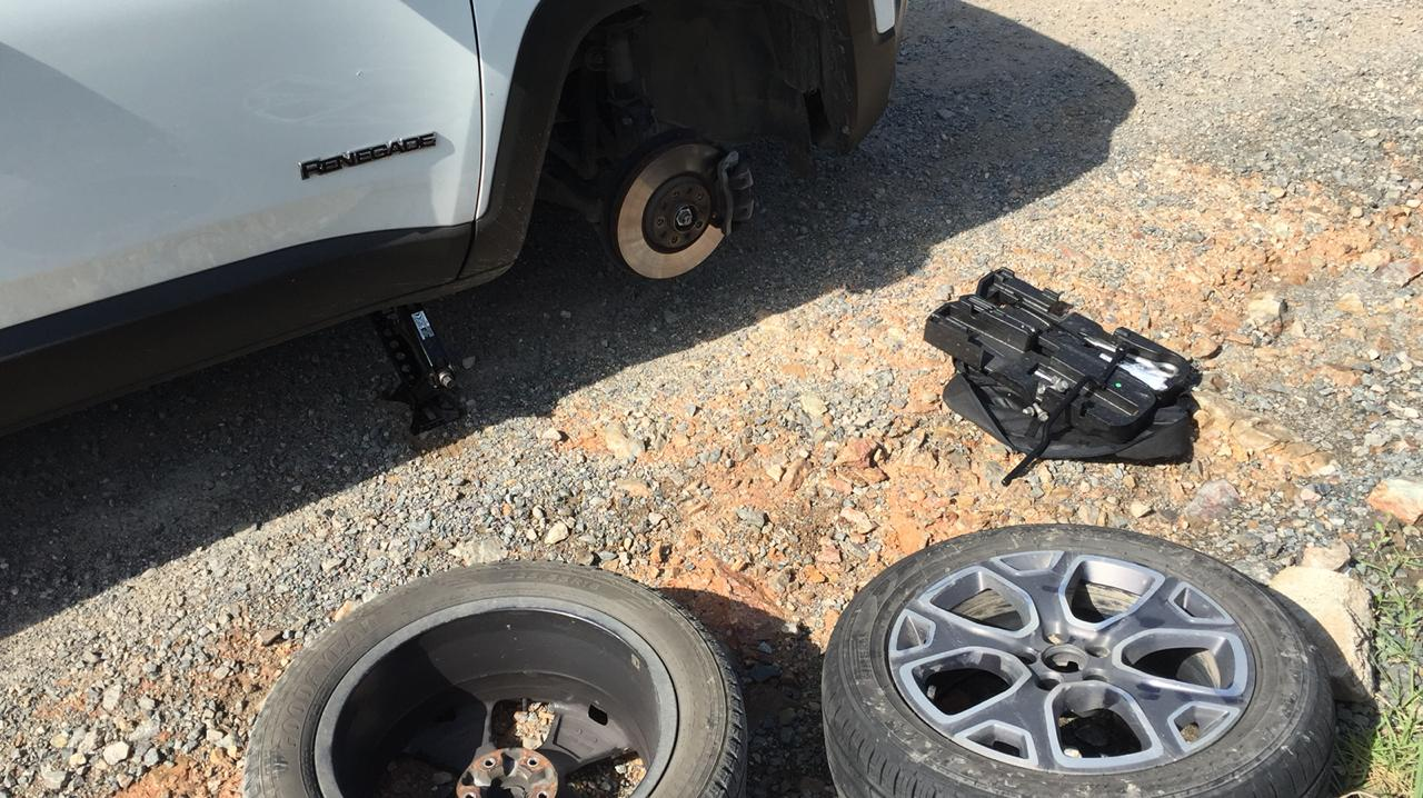 Todos os dias quem passa pela estrada encontra um motorista parado, trocando o pneu estourado pelos buracos | Foto Divulgação