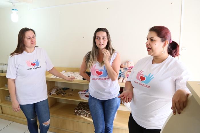 Voluntárias se realizam produzindo os brinquedos   Foto Eduardo Montecino/OCP News