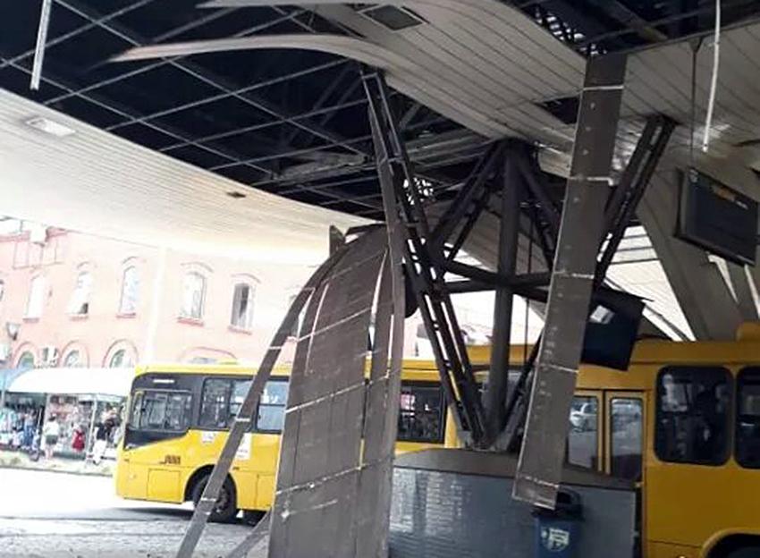 Estrutura desabou em cima do ônibus que fazia a linha Centro-Guanabara | Fotos Redes Sociais