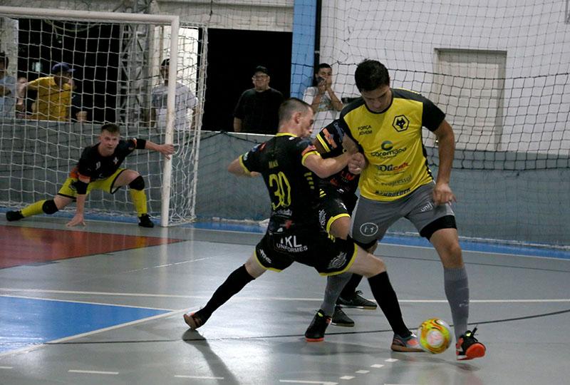 Lance da final de 2018 entre Farintur (amarelo) e Difuntos I Foto Lucas Pavin/Avante! Esportes